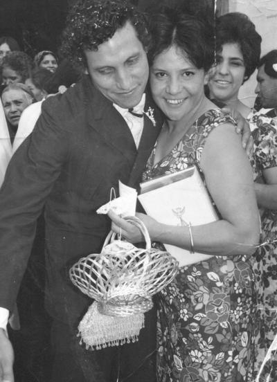 07012018 Ma. Lourdes Gómez de González (f), felicitando a su herRafael Luna Cabral en 1933. mano, José Luis Gómez Esparza, el 5 de agosto de 1973.