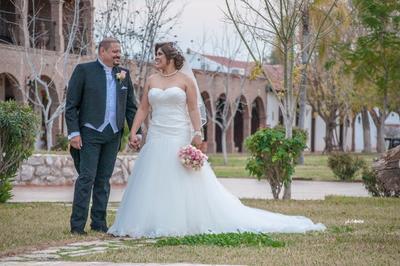07012018 Muy feliz por su unión matrimonial, se encuentra la pareja formada por Aleida Castro. Salazar e Ing. José Méndez Blanco. Ellos unieron sus vidas durante una ceremonia realizada. en la Capilla de Nuestra Señora de los Ángeles el miércoles 27 de diciembre de 2017 a las 19:00 hrs.