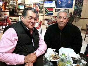 07012018 EN AMENA CHARLA.  Nicolás Islas Rubio y Luis Gonzaga Salazar en el Gussy.