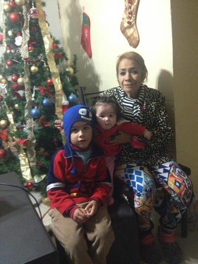 11012018 Conny con sus nietos, Paquito y Victoria.