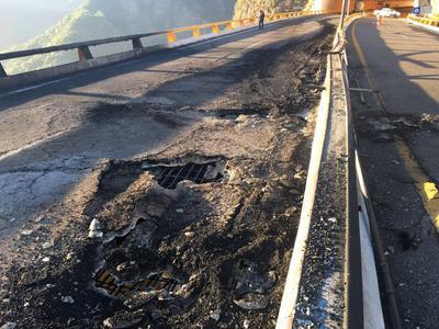 """El incendio de una pipa en la autopista Durango-Mazatlán causó daños en la estructura del puente """"El Carrizo""""."""