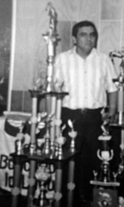 14012018 Claudio Arreola Salazar (f) en 1990 recibiendo trofeo de campeón de la Liga Bancaria de Softbol.