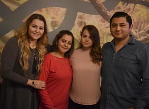 15012018 CELEBRA UN AñO MáS DE VIDA.  Adriana Tavizón acompañada de sus hijos: Marcela, Diana y Arturo.