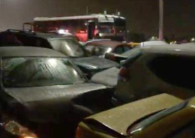 Los conductores que no tomaron las precauciones debidas derraparon y se originó el choque múltiple.
