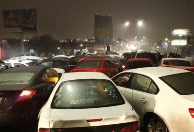 Una mega carambola entre aproximadamente 40 vehículos se registró la noche del martes sobre el Periférico Luis Echeverría y bulevar Nazario Ortiz Garza de Saltillo, debido a las condiciones climatológicas.