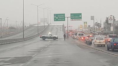 Debido a que algunos puentes quedaron cubiertos de hielo, autoridades cerraron el tráfico para evitar algún percance.