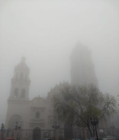 Algunas zonas de la ciudad quedaron cubiertas de hielo, así como la neblina que se presentó.