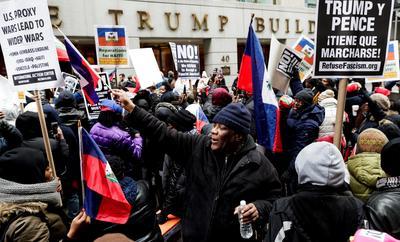 """11 enero.- En una reunión con legisladores en la Casa Blanca, Trump insulta gravemente a los países de origen de inmigrantes, como El Salvador, Haití, Nicaragua y Sudán. Dice que proceden de """"pozos de mier..."""", un comentario tachado de racista por la ONU."""