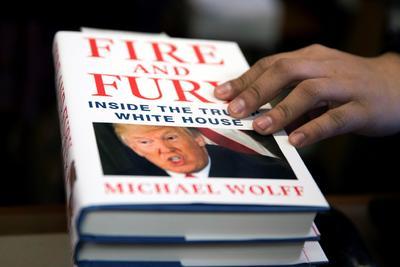 05 enero.- El presidente intenta frenar la publicación del libro Fuego y Furia: dentro de la Casa Blanca, del periodista Michael Wolff, muy crítico con su estilo de gobernar.