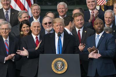 20 diciembre.- Trump se apunta su primera victoria política tras la aprobación de su reforma fiscal, la mayor rebaja de impuestos desde la impulsada por Ronald Reagan 30 años antes.