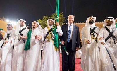 20 mayo.- Trump comienza en Arabia Saudí su primera gira internacional, que le llevó por Israel, Palestina y el Vaticano. El periplo acabó con su presencia en la cumbre de la OTAN en Bruselas y la reunión del G7 en Taormina (Italia).
