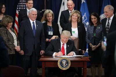 25 enero.- Da luz verde a su promesa de levantar un muro entre México y Estados Unidos, firmando una orden ejecutiva.