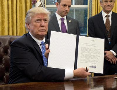23 enero.- Firma tres órdenes ejecutivas, entre ellas la retirada de su país del Tratado Comercial del Pacífico.