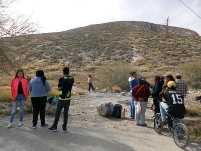 Familiares esperaron en las faldas del cerro.