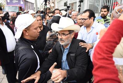 Simpatizantes del Partido Revolucionario Institucional (PRI) irrumpieron en el mitin que realizarían los integrantes de la Caravana por la Dignidad