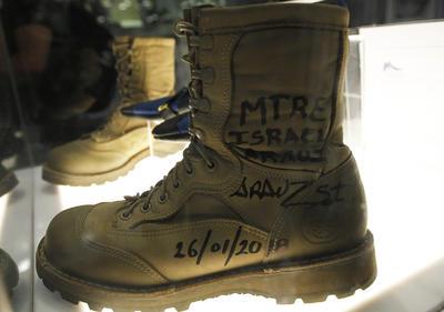"""Tras su discurso, el manejador de Frida, el Maestre Israel Arauz también donó el calzado usado junto a Frida. """"No hubiera sido posible sin usted"""", le dijo Villamayor al recibir las botas firmadas por el marino."""