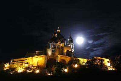 La luna llena enmarcada sobre la iglesia de Los Remedios, en el antiguo poblado de San Andrés Cholula, en el estado de Puebla (México)