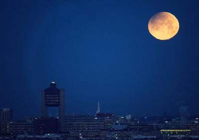 Superluna azul, en lo alto del cielo de la ciudad de Boston, Estados Unidos.
