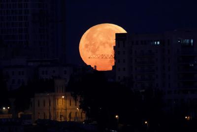 """La llamada """"superluna"""" se alza sobre el casco viejo de Jerusalén."""