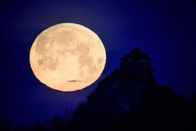 Silueta del Fuerte Salgo con la superluna de fondo, en Salgotarjan, cerca de Budapest, Hungría.