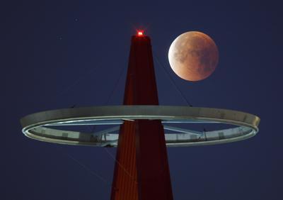 Vista de la luna llena sobre el estadio Angel de Anaheim, California (Estados Unidos)