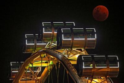 La llamada superluna azul brilla sobre la noria Singapore Flyer, en Singapur