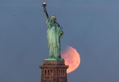 Así se vio el fenómeno detrás de la Estatua de la Libertad, en la ciudad de Nueva York EU.