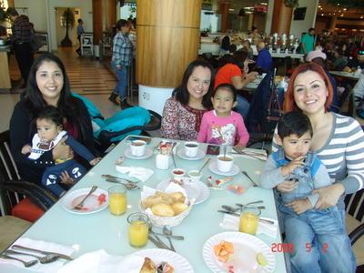01022018 Claudia, Susana y Verónica con sus pequeños hijos.