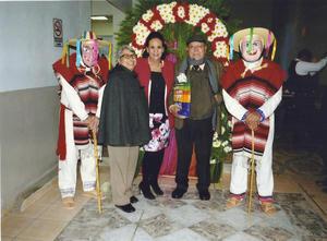 05022018 CELEBRA 60 AñOS.  Profra. María del Rosario Mendoza Martínez acompañada de sus amigos, Beatriz Pérez Aguirre y José Ramón Ocón Acosta.