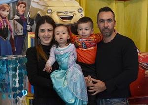 Ana Valeria y Federico con sus papás, Lorena Llama y Federico Perabeles