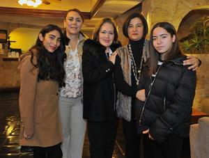 11022018 UN AñO MáS DE VIDA.  Lupita acompañada de Alejandra, Lidia, Lourdes y Lulú.