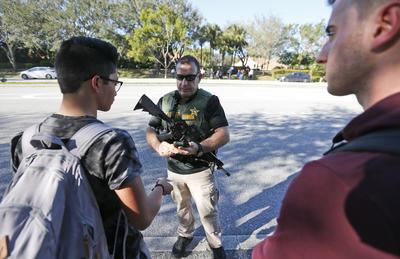 El agresor de escuela en Florida tenía unos 18 años, no era estudiante actualmente y ha sido arrestado, señaló la policía.