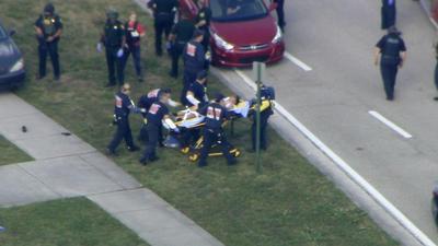Se desconoce todavía si los heridos son leves o de gravedad, aunque en las imágenes de televisión se puede ver a personal médico trasladando a numerosas víctimas en ambulancias, así como el despliegue de los SWAT con tanquetas.