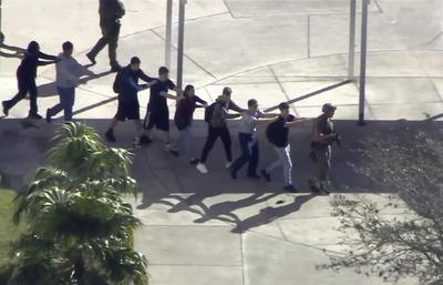 Las imágenes de televisión muestran a cinco agentes de policía esposando e introduciendo en una patrulla a un sospechoso, que se cree que actuó en solitario.