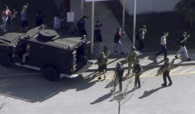 Al menos 17 personas murieron hoy en el tiroteo registrado en la escuela secundaria Marjory Stoneman Douglas de la ciudad de Parkland, en el sureste de Florida, según informó la Policía.