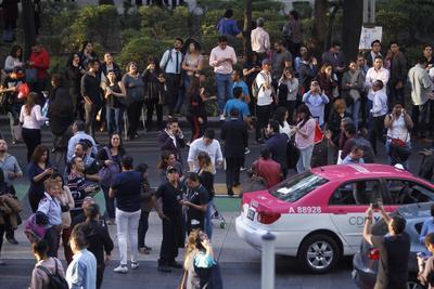 Civiles esperan indicaciones tras el sismo registrado.