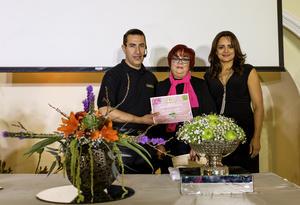 Entrega de reconocimiento para Roberto Rivera Almaguer por parte de Tere Maraboto de Hernández y Paty R. de Díaz Flores