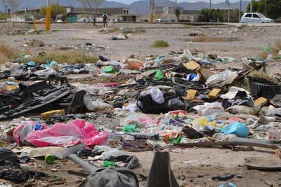 """Fuera de control. En terrenos del fraccionamiento La Cortina de Torreón son escenarios comunes los montones de basura, fincas abandonadas y depósitos ilegales de desechos, los vecinos y comerciantes del sector afirman que desde hace varias administraciones municipales se les ha abandonado """"a su suerte""""."""