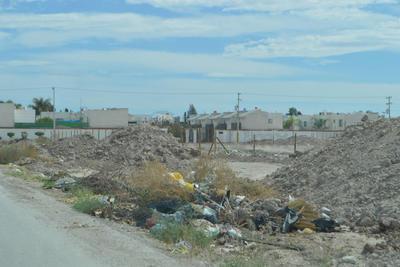 Se acumula. En el fraccionamiento Las Etnias se combinan la basura doméstica, escombros y maleza.