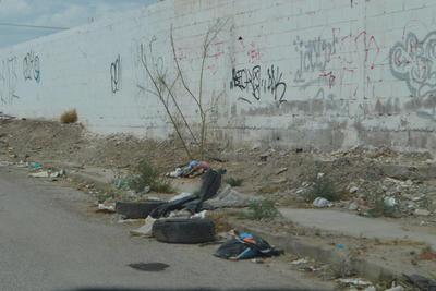 Obstruyen vía. A un costado de Ciudad DIF se observan desechos en camellones y banquetas, obstruyendo el paso.