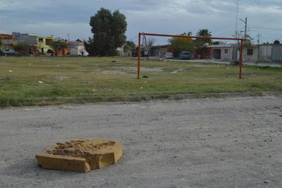 Cancha afectada. Parques, zonas comunes y canchas deportivas han sido afectadas por la basura en Rincón La Merced.
