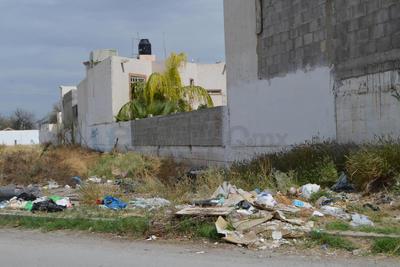 Suciedad. Vecinos del Bosque Urbano han convertido diversos terrenos en los alrededores en áreas para dejar la basura que no puede retirar el camión de PASA.