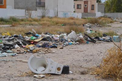 Puntos de infección. Hasta sanitarios usados se dejan al aire libre, en terrenos ubicados en fraccionamiento Satélite.