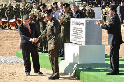 El secretario de la Defensa Nacional (Sedena) Salvador Cienfuegos Zepeda y el gobernador de Coahuila, Miguel Ángel Riquelme Solís, colocaron la primera piedra del nuevo hospital militar.