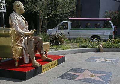 El público se puede sentar junto a la figura de Weinstein y algunos se estaban tomando selfies.