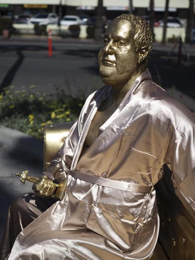 La escultura de Weinstein de escala natural, busca llamar la atención sobre la crisis por incidentes de violencia sexual ocurridos en la industria de los espectáculos.