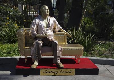 Casting Couch es una obra del artista urbano de Los Angeles Plastic Jesus y Joshua Ginger Monroe.