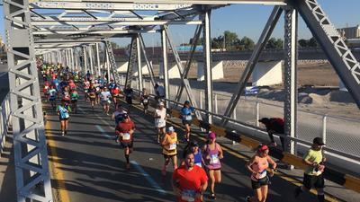 Los atletas cruzaron el Puente Plateado.