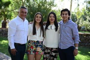 04032018 LINDA POSTAL.  Lilia de Hoyos con sus hijos: Leonel, Erick y César.
