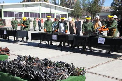 En lo que respecta a la entrega de armamento que la población ha hecho voluntariamente de 2017 a lo que va de 2018, entre Durango y el estado de Sinaloa, sumaron un total de 976 dispositivos precisó el comandante, entre armas largas, cortas e incluso granadas.